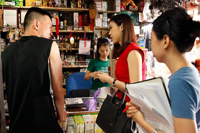 Prepping actors for the scene at cashier where Jiamin is recognised by her peer
